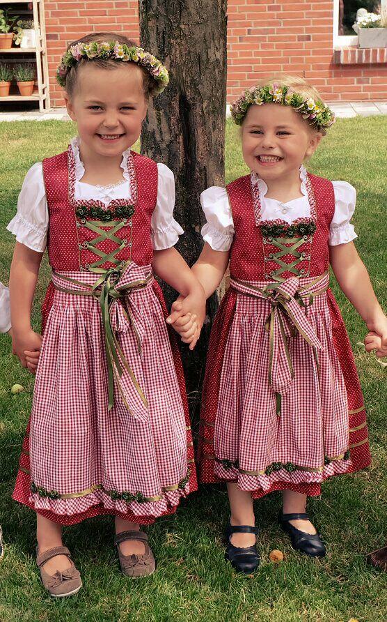 Auch die kleinsten wurden von Trachten Niederrhein eingekleidet.